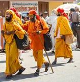 Pielgrzymi w tradycyjnych koloru żółtego i pomarańcze ubraniach Zdjęcie Royalty Free