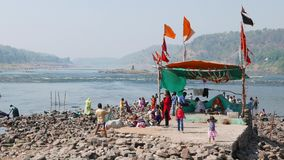 Pielgrzymka święty grodzki Omkareshwar, Madhya Pradesh, India Grupa czciciel na świętej Narmada rzece zbiory wideo