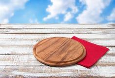Pielucha i deska dla pizzy na drewnianym biurku Sterta kolorowi naczynie ręczniki na białym drewnianym stołowym tło odgórnego wid obrazy royalty free