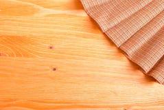 Pielucha w prawym górnym rogu żółtej deski na lewicie Fotografia Stock