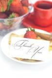Pien ett kort med uttrycker tackar dig och jordgubbar Royaltyfri Foto