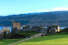 A piena vista del castello di Urquhart immagini stock libere da diritti