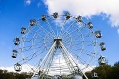 A piena vista della ruota panoramica nel parco Fotografia Stock
