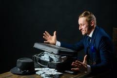 Pieniądze transakcja Biznesmen praca w księgowego biurze konceptualny gospodarki finanse wizerunku pieniądze wellness Mężczyzna k zdjęcie stock