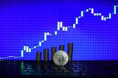 Pieniężny wzrostowy pojęcie z złotą Bitcoins drabiną na rynkach walutowych sporządza mapę tło pieniądze wirtualny obrazy stock