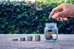 Pieniędzy oszczędzania, inwestycja, robi pieniądze dla przyszłości, pieniężny bogactwa zarządzania pojęcie obraz stock