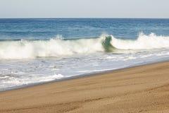 Pieniąca łamanie fala i backwash pienimy się na piaskowatej linii brzegowej fotografia royalty free
