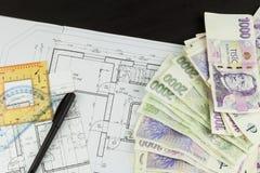 Pieniądze budować dom Hipoteczna zaliczka Ważni Czescy banknoty Część architektoniczny projekt, architektoniczny plan, techniczny Zdjęcia Royalty Free