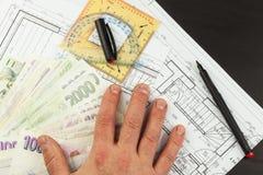 Pieniądze budować dom Hipoteczna zaliczka Ważni Czescy banknoty Część architektoniczny projekt, architektoniczny plan, techniczny Zdjęcia Stock