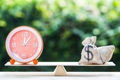 Pieniądze, czas równowaga, zmiana pieniądze w gotówkę i odwrotności concep, obraz stock