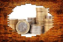 Pieniądze dla dziury w ściana z cegieł Zdjęcie Stock