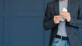 Pieniądze dochodu bogactwa finanse mężczyzny dolara kieszeń zbiory