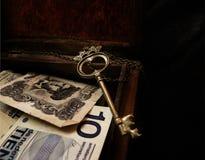 Pieniądze i klucz w pudełku Zdjęcia Royalty Free