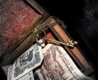 Pieniądze i klucz w pudełku Fotografia Royalty Free