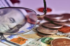 Pieniądze i szkła Zdjęcia Royalty Free