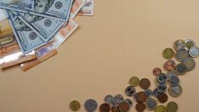 Pieniądze lying on the beach na żółtym backgroud Monety i rachunku pojęcie sukces obraz stock