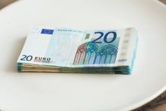 Pieniądze lying on the beach na talerzu Euro fotografia Żądny korupcji pojęcie Łapówka pomysł fotografia stock