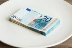 Pieniądze lying on the beach na talerzu Euro fotografia Żądny korupcji pojęcie Łapówka pomysł obrazy royalty free
