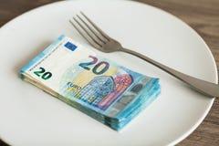 Pieniądze lying on the beach na talerzu z rozwidleniem Euro fotografia Żądny korupcji pojęcie Łapówka pomysł fotografia stock