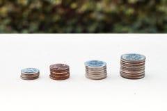 Pieniądze menniczy narastający wykres z zielonym tłem Obraz Royalty Free