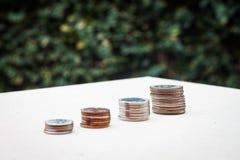 Pieniądze menniczy narastający wykres z zielonym tłem Zdjęcia Royalty Free