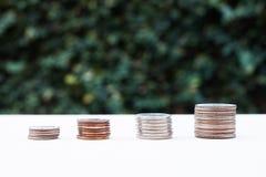 Pieniądze menniczy narastający wykres z zielonym tłem Fotografia Stock