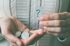 Pieniądze moneta w ręce i znaku zapytania Obraz Royalty Free