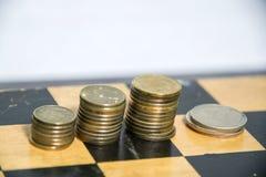 Pieniądze, monety sortować w stosy obraz stock