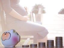 Pieniądze monety sterta z kobieta w ciąży tłem, Ratuje pieniądze dla dziecka, pojęcie zdjęcie stock