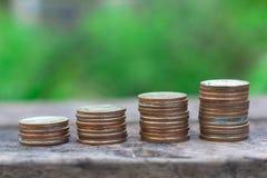 Pieniądze monety sterty narastający wykres fotografia royalty free