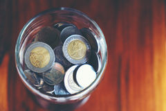 Pieniądze monety w szkle Inwestyci i interesu pojęcie Zdjęcia Stock