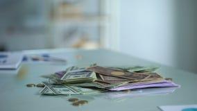 Pieniądze na stole, obcych walut savings, banka depozyt, pensyjni przychody, gotówka zbiory wideo