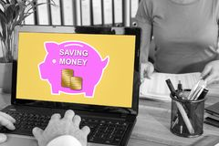 Pieniądze oszczędzania pojęcie na laptopie zdjęcie stock