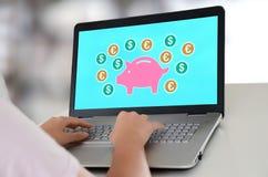 Pieniądze oszczędzania pojęcie na laptopie obraz royalty free