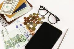 Pieniądze pióra papieru szkła na białym tle i pastylka, calculat zdjęcia stock