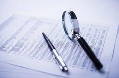 Pieniądze, pióro, powiększający - szkło i pieniężny raport obrazy royalty free