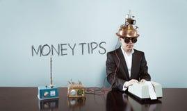 Pieniądze przechyla tekst z rocznika biznesmenem przy biurem zdjęcie stock