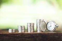 Pieniądze przyrosta menniczego srebra i potomstw ręka i Biały tło Obraz Stock