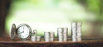 Pieniądze przyrosta menniczego srebra i potomstw ręka i Biały tło Obrazy Stock