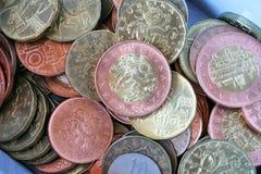 Pieniądze pudełko pełno srebra, miedzianych i złotych monety, (Czeskie korony, CZK) Zdjęcie Stock