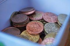 Pieniądze pudełko pełno srebra, miedzianych i złotych monety, (Czeskie korony, CZK) Fotografia Royalty Free