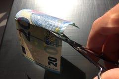 Pieniądze rachunek ciie z nożycami, Europejska waluta zdjęcia royalty free