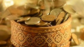 Pieniądze spada w filiżankę zbiory wideo