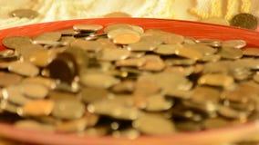 Pieniądze spada w filiżankę zbiory