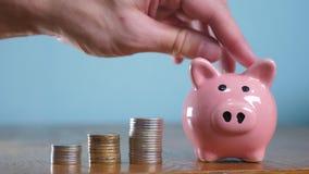 Pieniądze sterty stosu kroka narastający pieniądze i prosiątko bank Pojęć oszczędzania z prosiątko bankiem i brogować monetami Pr zbiory wideo