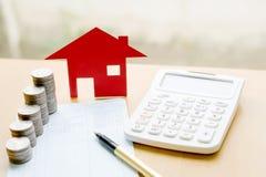 Pieniądze, stos moneta z oszczędzanie książką i papieru dom, Fotografia Royalty Free