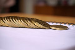 Pieniądze tło stosy monety złoto i pozłacany metal na papierowym notepad Zdjęcie Stock
