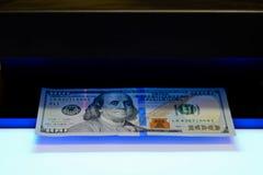Pieniądze testowanie - detektor waluty imitaci dolarowy czek zdjęcie stock