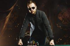 Pieniądze uprawia hazard dla mężczyzn obraz royalty free