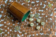 Pieniądze Uprawia hazard, kostka do gry filiżanka Zdjęcia Royalty Free